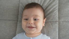 Leuk babygezicht met bruine ogen De blik van de baby in het schot van het cameraclose-up stock video