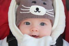 Leuk babymeisje dat de hoed van de pretwinter draagt Stock Afbeeldingen