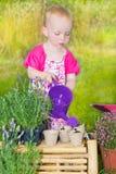 Leuk babymeisje die de installaties water geven Royalty-vrije Stock Fotografie