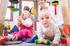 Leuk babymeisje die vooruitgang en nieuwsgierigheid tonen stock fotografie