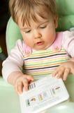 Leuk babymeisje met boek Royalty-vrije Stock Afbeeldingen