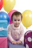 Leuk babymeisje met giften en ballons Royalty-vrije Stock Foto's