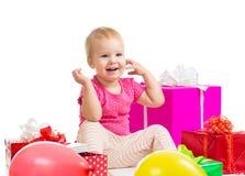 Leuk babymeisje met giften en ballons op witte achtergrond Royalty-vrije Stock Afbeeldingen