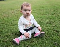 Leuk babymeisje op groen gras Royalty-vrije Stock Fotografie