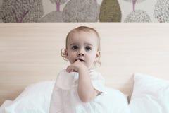 Leuk babymeisje in slaapkamer Stock Foto
