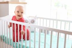 Leuk babymeisje in voederbak royalty-vrije stock fotografie