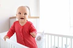 Leuk babymeisje in voederbak royalty-vrije stock foto's