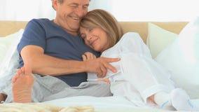 Leuk bejaard paar die aan elkaar spreken stock video