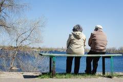 Leuk bejaard paar die in de lentepark rusten Stock Fotografie