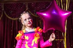 Leuk blond meisje die een star-shaped ballon houden Stock Foto