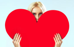 Leuk blonde achter het rode hart Stock Afbeelding
