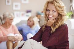 Leuk blondemeisje met haar familie Royalty-vrije Stock Fotografie