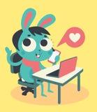 Leuk Bunny Girl bij Computer en Telefoon Stock Afbeeldingen