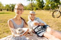 Leuk de holdingscroissant van het teenermeisje in openlucht Royalty-vrije Stock Foto's