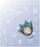 Leuk de wintermeisje die sneeuwvlokken met tong vangen stock foto's