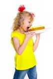 Leuk die wil weinig blondemeisje cake eten, op een witte achtergrond wordt geïsoleerd Royalty-vrije Stock Foto