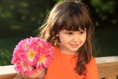 Leuk drie éénjarigenmeisje met bloemen royalty-vrije stock afbeeldingen