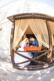Leuk echtpaar in koffie Zuivere tederheid Royalty-vrije Stock Foto