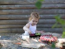 Leuk eet weinig jongen bessen stock fotografie