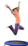 Leuk elementair meisje die en over wit springen dansen royalty-vrije stock afbeeldingen