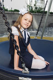 Leuk elementair schoolmeisje in eenvormig bij speelplaats Royalty-vrije Stock Afbeeldingen