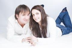 Leuk en Houdend van Jong Kaukasisch Paar die Tijd hebben samen stock afbeelding