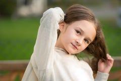 Leuk en openlucht blondemeisje die stellen genieten van Stock Foto's