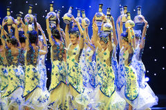 Leuk flessenmeisje -Volksdans van blauw en wit porselein Stock Fotografie