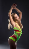 Leuk gaan-ga danser het stellen met gesloten ogen Royalty-vrije Stock Afbeeldingen