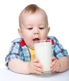 Leuk gaat weinig jongen melk van glas drinken Royalty-vrije Stock Foto's