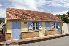 Leuk geel huis op Allee des Arlesiens in het dorp van Les Anses D ` Arlet, Grote Anse, Martinique Stock Foto's