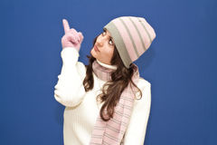 Leuk gekleed meisje op blauwe achtergrond stock fotografie