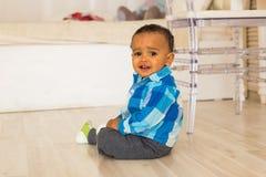 Leuk gelukkig gemengd de jongensportret van de rasbaby stock foto