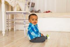 Leuk gelukkig gemengd de jongensportret van de rasbaby stock afbeeldingen