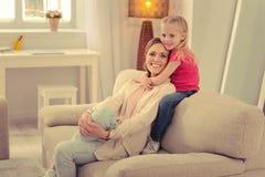 Leuk gelukkig jong meisje die haar moeder omhelzen royalty-vrije stock fotografie