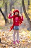 Leuk gelukkig meisje in het park royalty-vrije stock afbeeldingen