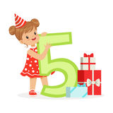 Leuk gelukkig oud meisje van vijf jaar in een rode partijhoed die haar verjaardag, de kleurrijke vector van het beeldverhaalkarak Stock Afbeeldingen