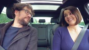 Leuk gelukkig paar die elkaar in liefde terwijl het drijven van auto het glimlachen kijken stock footage