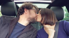 Leuk gelukkig paar die elkaar in liefde terwijl het drijven van auto kijken stock footage