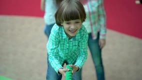Leuk gelukkig weinig jongen die, omhoog een touwladder op een speelplaats spelen Op het speelplaatskind die op kabel in wandelgal stock video