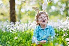Leuk gelukkig weinig jongen die Paashaasoren dragen bij groene de lente Royalty-vrije Stock Fotografie