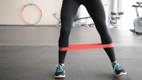 Leuk geschikt meisje die been uitvoeren exercisesn stock video