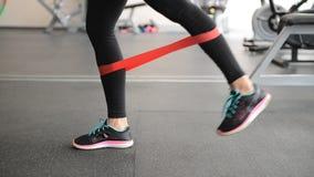 Leuk geschikt meisje die been uitvoeren exercisesn stock footage