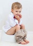 Leuk glimlachend kind op een pot royalty-vrije stock foto