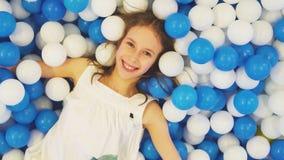 Leuk glimlachend meisje stock footage