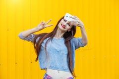 Leuk glimlachend meisje die selfie maken Stock Foto's