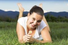 Leuk glimlachend meisje met een madeliefje Stock Afbeelding