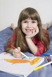 Leuk glimlachend oud meisje zeven jaar Stock Afbeeldingen