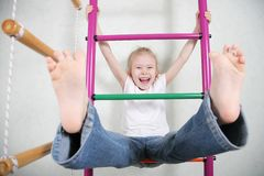 leuk grappig speels meisje bij de speelplaats Royalty-vrije Stock Foto