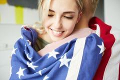 Leuk hartelijk Amerikaans meisje die haar vriend omhelzen royalty-vrije stock foto's